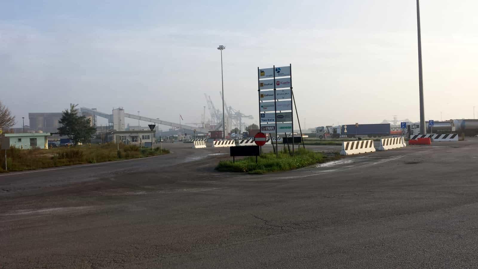 Piazzale mezzi pesanti Enichem-2