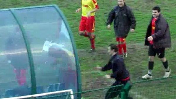 Jacopo Violani sfonda la panchina con la testa dopo il gol: il video