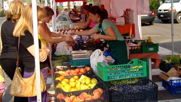 Pancetta di Mora e gustosi assaggi di stagione offerti ai clienti del mercato contadino