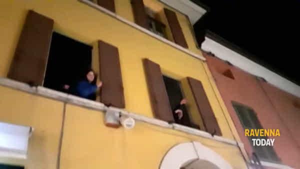 """Coronavirus, dalle finestre di via Cavour canti di speranza e striscioni: """"Andrà tutto bene"""" - VIDEO"""