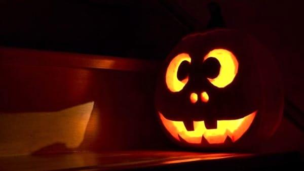 La festa di Baby Halloween tra streghe turchine, giocolieri e dolcetto o scherzetto