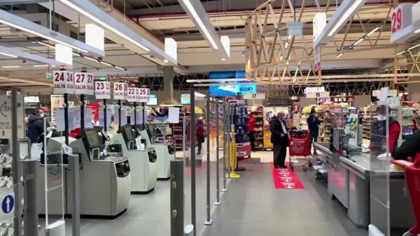 Coronavirus, al supermercato commessi e clienti cantano l'Inno di Mameli - VIDEO