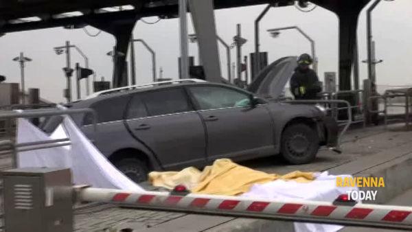 Tremendo schianto alla barriera di Ravenna, un morto e diversi feriti - IL VIDEO