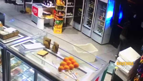 Prima la spaccata e poi il Carabiniere investito: il video della razzia al bar