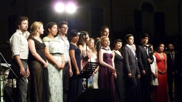 24 cantanti lirici da tutto il mondo omaggiano i grandi musical in piazza