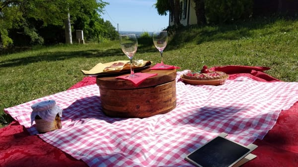 Un picnic itinerante in collina per godere dei sapori di stagione
