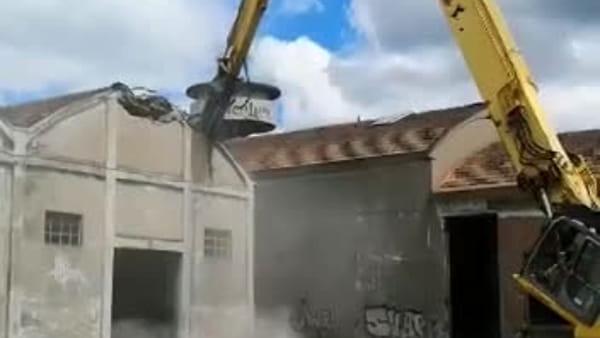 Arrivano le ruspe: partiti i lavori di demolizione dell'ex acetificio Venturi - VIDEO