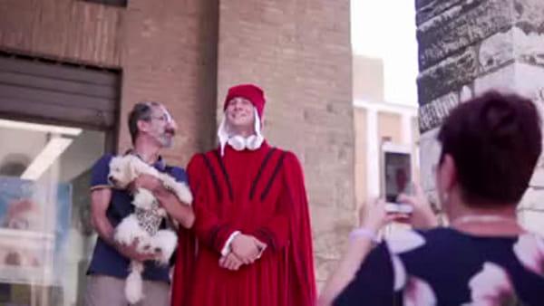 Dantedì: il viaggio del Poeta nella Ravenna d'oggi fra mosaici, spiagge e coni gelato  - VIDEO