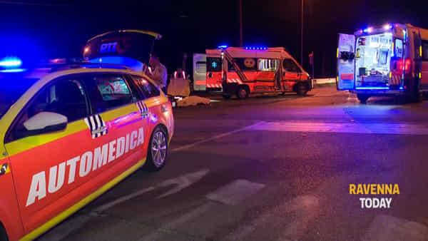 Tragico schianto in moto: muore un 28enne, fidanzata in prognosi riservata - VIDEO
