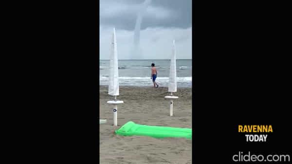 Tromba marina al largo della costa: lo spettacolo ripreso dalla spiaggia - VIDEO