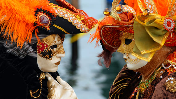 Un Carnevale a spasso nel tempo tra costumi stravaganti e dolci squisiti