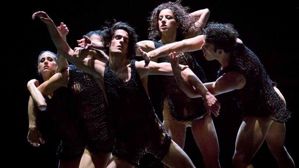 Aterballetto ritorna con il gioco dei contrari di Foniadakis e le geografie di danza di Spota