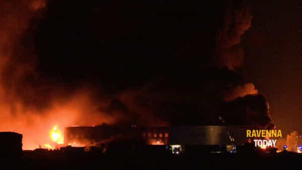 Fiamme e fumo devastano il magazzino: il disastro dell'incendio ripreso in un video
