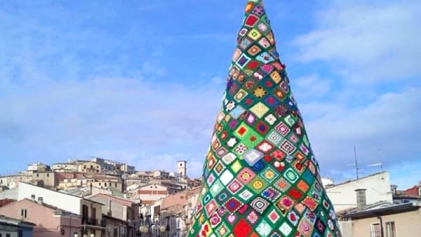 A Voltana si illumina l'albero di Natale all'uncinetto sul modello di Trivento