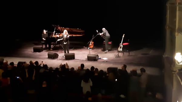 """Crea una sardina per Patti Smith e la cantante la indossa sul palco: """"Che orgoglio"""" - VIDEO"""
