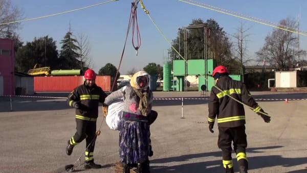 La Befana si cala dall'alto e regala dolci e sorrisi ai bambini - IL VIDEO