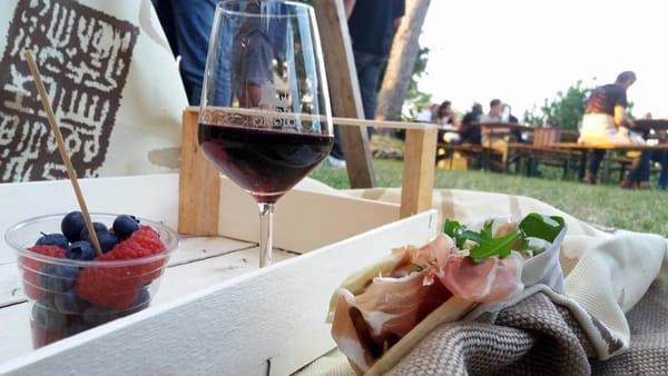 Funky e calici di vino sotto la Torre