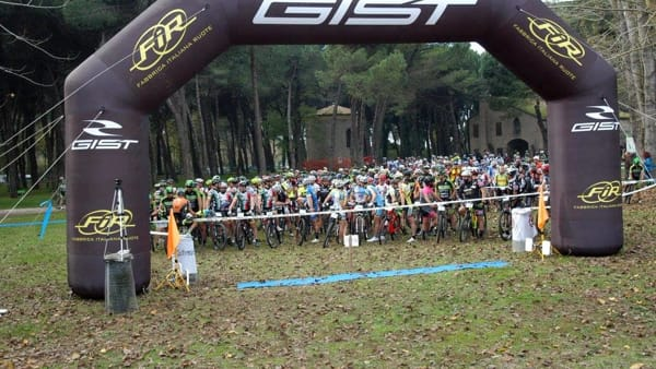 Ciclisti in gara per il Gran premio Sunrise e la mediofondo in pineta