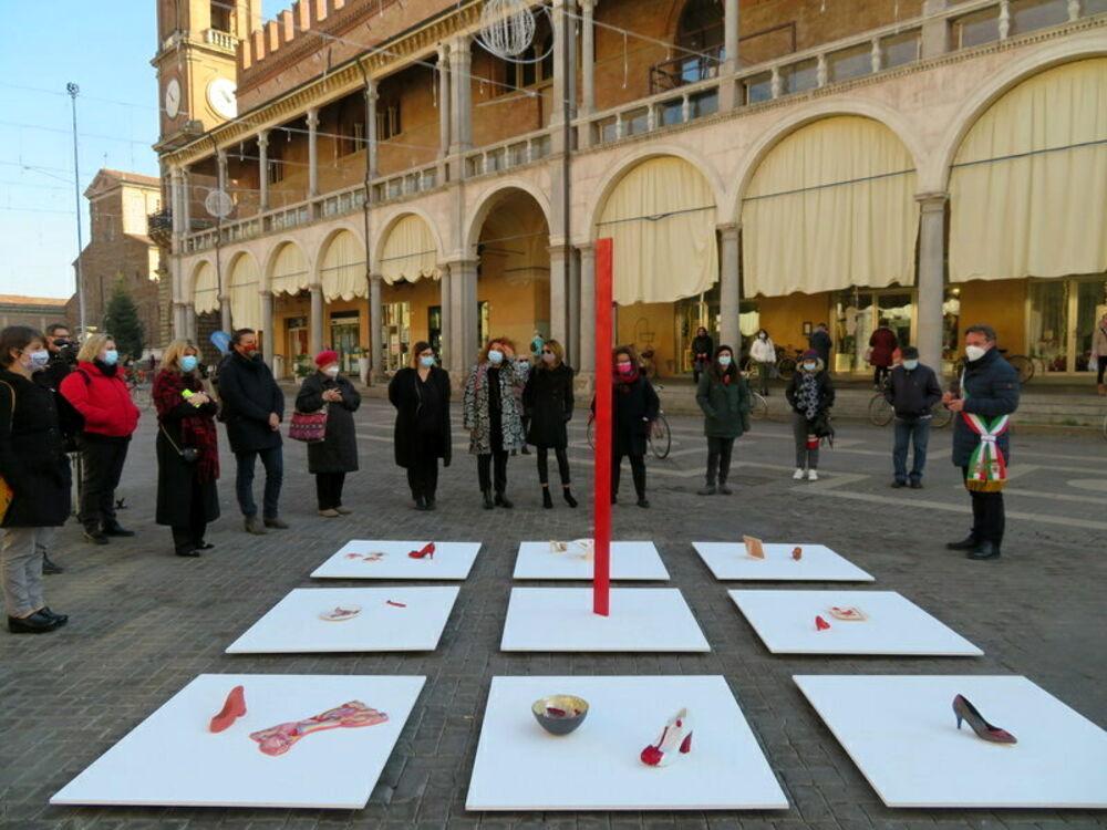 Scarpette rosse di ceramica contro la violenza sulle donne