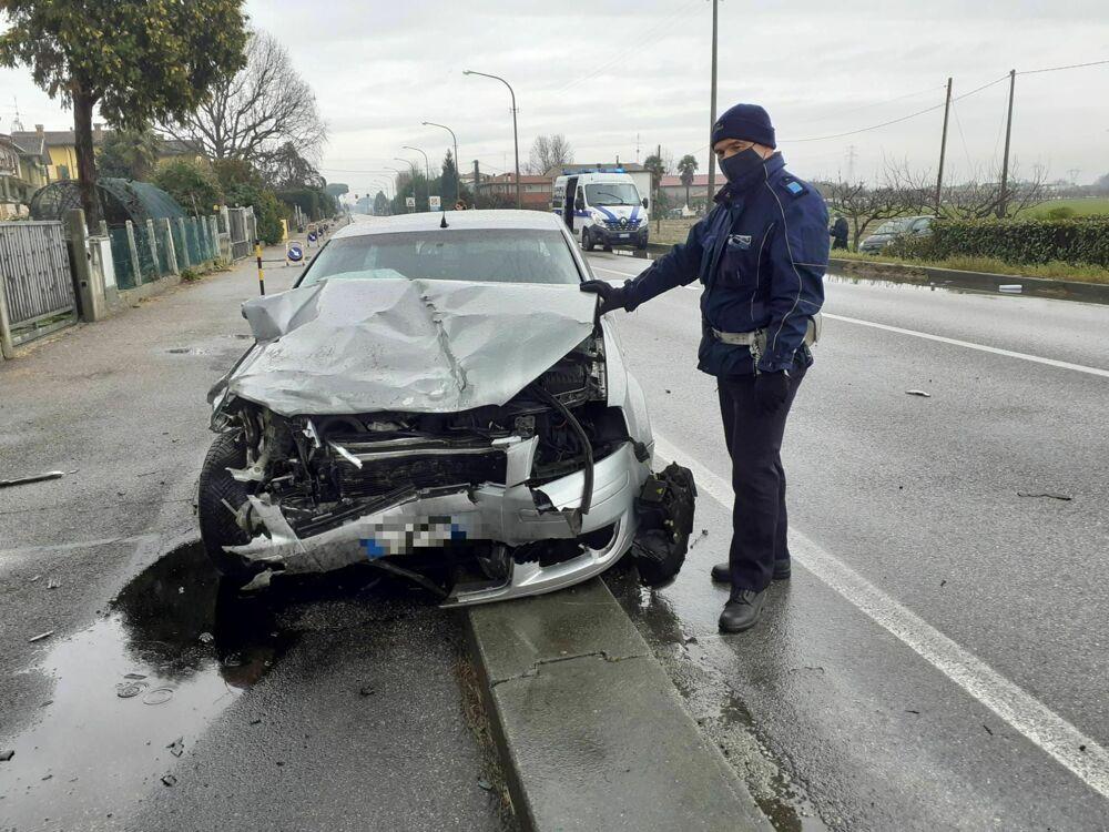 Violento schianto tra due auto sull'Adriatica: statale chiusa al traffico