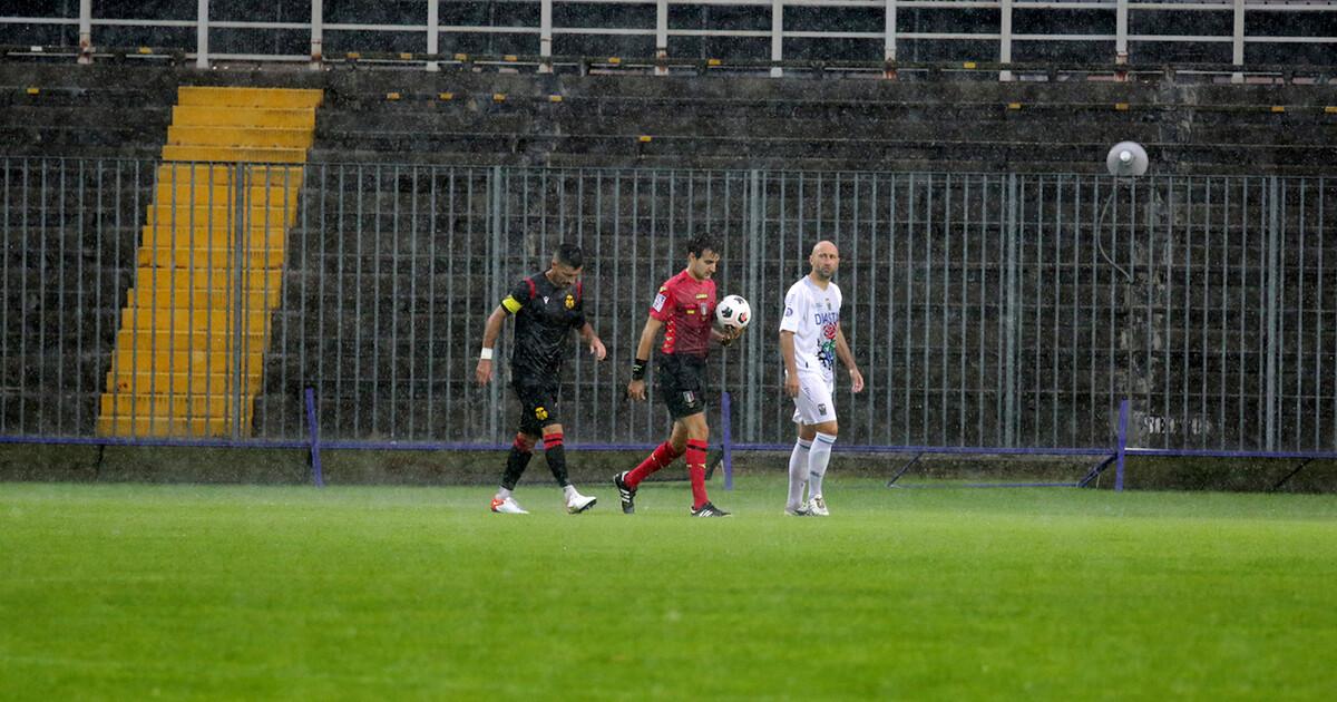 Calcio, Ravenna-Seravezza dura 3 minuti: match rinviato causa maltempo