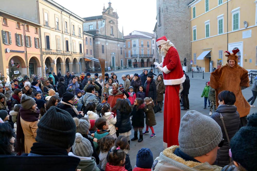 Befana E Babbo Natale.Piazza Con Befana Babbo Natale E Renna 1