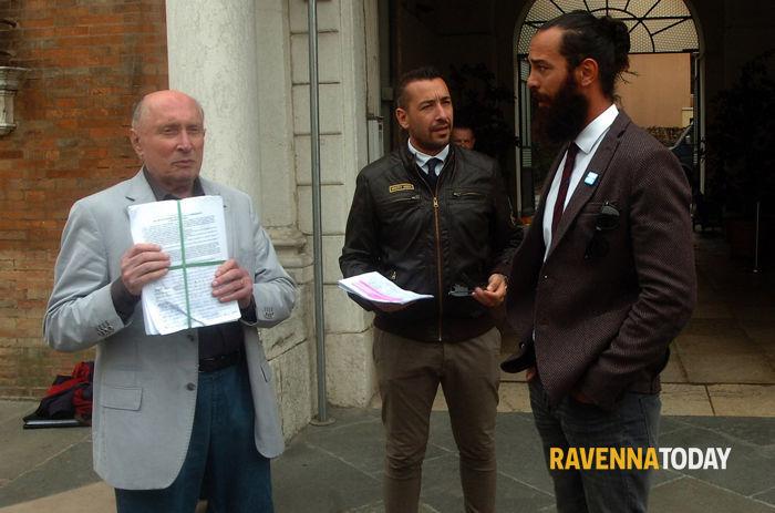 Firme contro il centro d'immigrazione a Marina Romea (foto Argnani)
