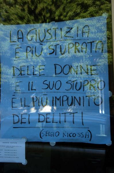 Il cartello sotto accusa (foto di Massimo Argnani)