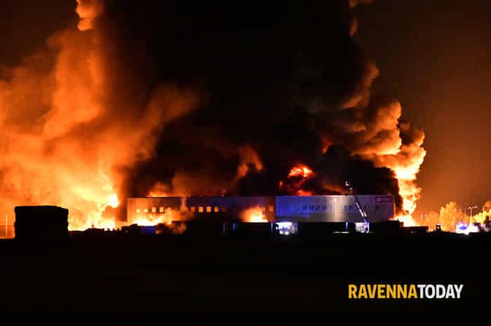 Enorme incendio in un magazzino (foto Massimo Argnani)