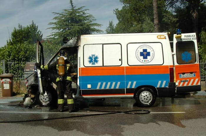 Ambulanza in fiamme (foto Argnani)