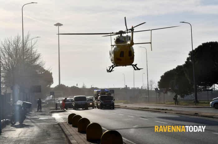 Violenta esplosione in un'azienda, due feriti: uno è gravissimo (foto di Massimo Argnani)